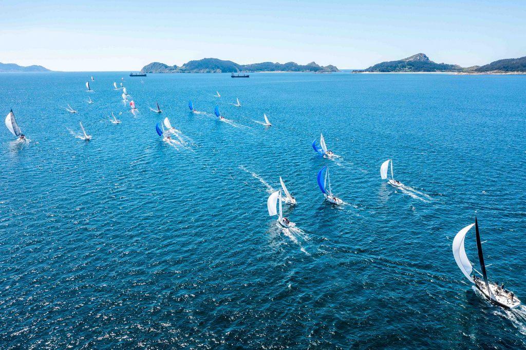 02-La espectacular ría de Vigo abrazó a los veleros del Trofeo Repsol – Foto Jacobo Bastos