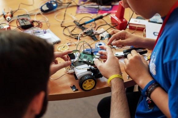 Tigo encara la enseñanza de habilidades robóticas a niños y niñas.