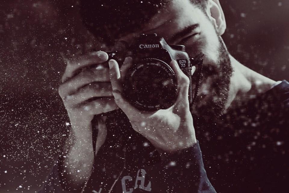 Homme qui prend une photo