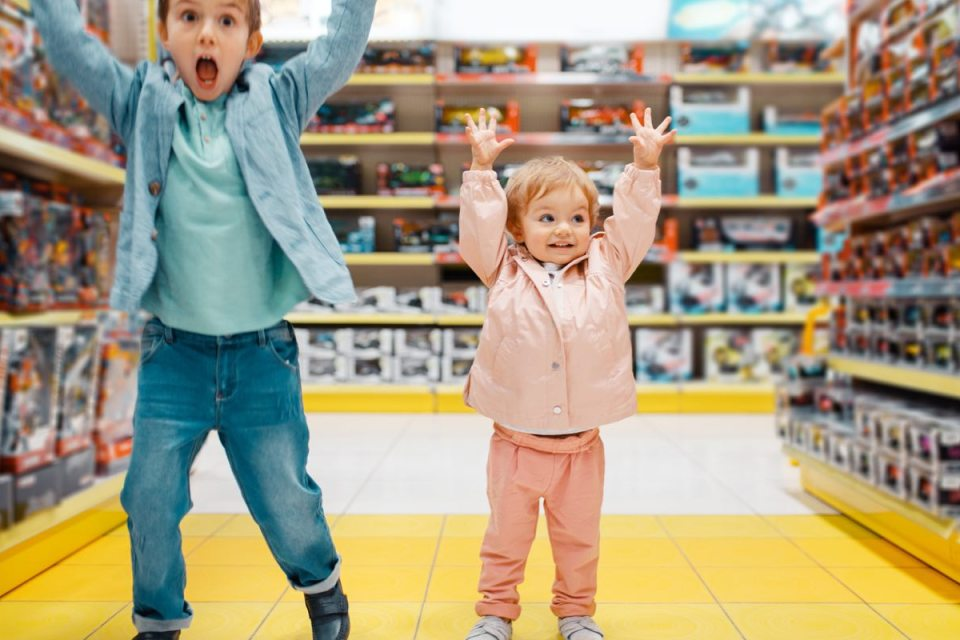 Clients : garcon et fille-qui levent les main dans-un magasin