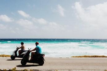 andando de scooter na praia