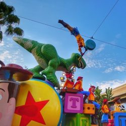 Desfile Pixar Play Parade en Disneyland Pixar Fest