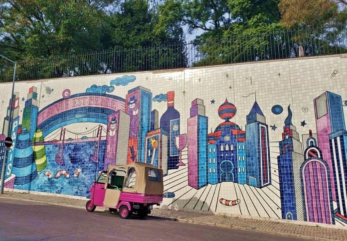 onde fica o painel de azulejos com grafite em Lisboa, como é o passeio de tuk tuk em Lisboa