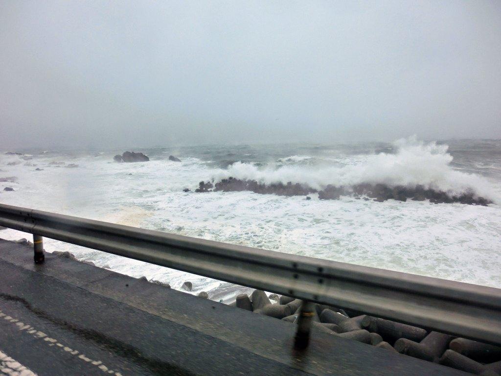 嵐の日本海ドライブ:「バンライフ」旅の暮らしで見つけたもの