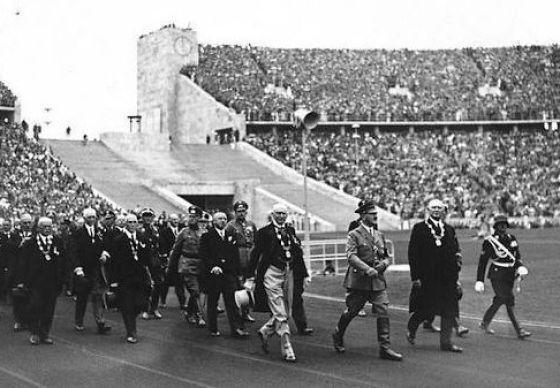 Hitler komt het stadion binnen tijdens de opening van de Olympische Spelen van 1936 - Bundesarchiv