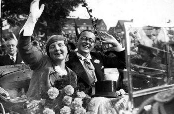 Juliana en Bernhard tijdens een rondtour door Amsterdam, ter gelegenheid van de verloving (Spaarnestad Foto - wiki)