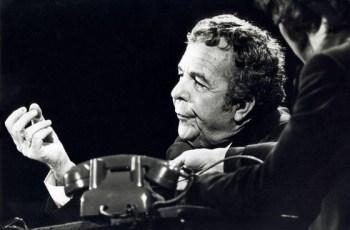 Wim Kan tijdens de oudejaarsconference van 1976 (CC BY-SA 3.0 nl - Spaarnestad - Anefo - wiki)