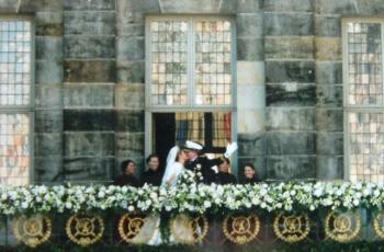 Máxima en Willem-Alexander op hun huwelijksdag op het balkon van het Paleis op de Dam.