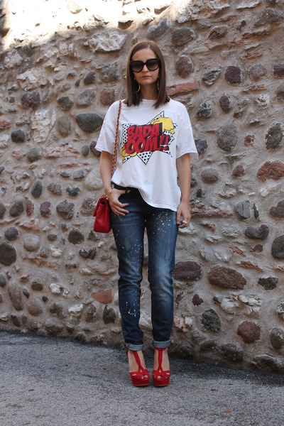 navy-mango-jeans-red-love-moschino-bag-red-zara-sandals-white-zara-t-shirt_400