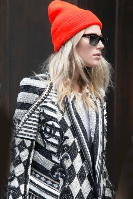 55027a2b6f156_-_elle-01-dree-hemmingway-cold-weather-hats-street-style-lgn