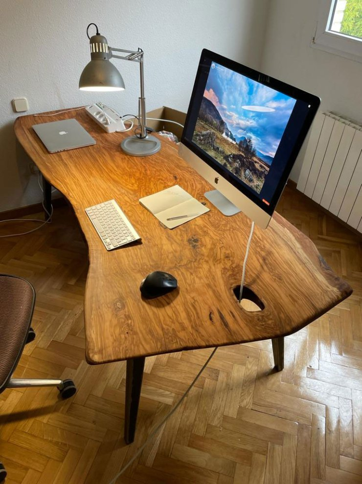 Mesa rústica de olivo