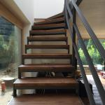 Stahlwangentreppe mit Holzstufen Aufgang