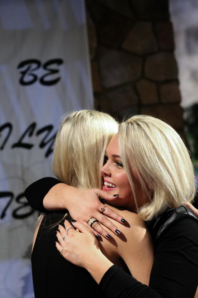 sister-hug-proposal
