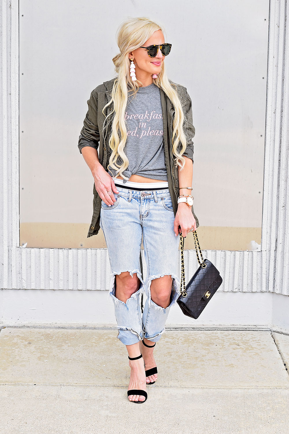 ripped-boyfriend-jeans-and-tee-outfit