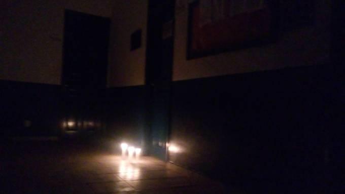 Moradores indignados, acenderam velas em frente o prédio da prefeitura