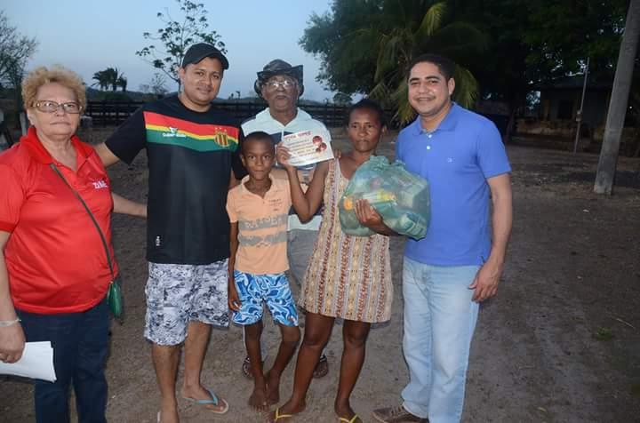 Zé Inácio e famílias distribuem cestas básicas em comunidades em sua terra natal.