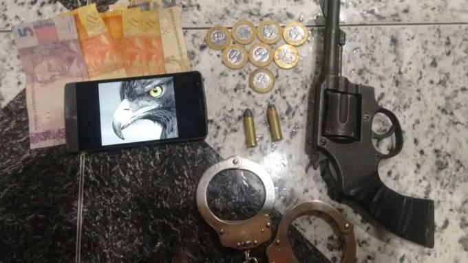 Com Sinvaldo a polícia encontrou um revolver cal.38 com duas munições intactas.