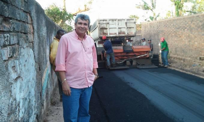 O prefeito Carrinho, que está acompanhando de perto os serviços de asfaltamento