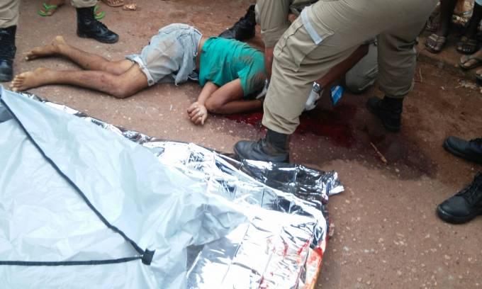 O Corpo de Bombeiros fazendo a remoção do corpo de Paulo Ricardo Silva Lemos.