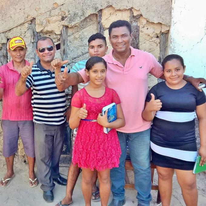 O presidente da  Associação Cultural e Tecnológica de Pinheiro, Francisco Reis,  com alunos dos cursos.