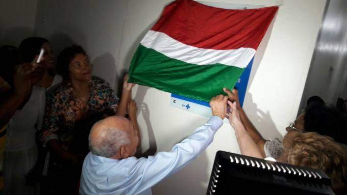 Ex-prefeito, Isaac Dias, participando do descerramento da placa de reinauguração do hospital de São Bento.
