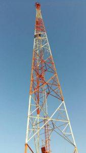 Torre sendo fixada no povoado São Luizinho da Chapa, na região do Bom Viver