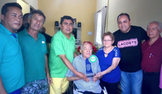 D. Bitinha e Isaac Dias recebendo a placa como homenagem do  Fórum em Defesa da Baixada Maranhense