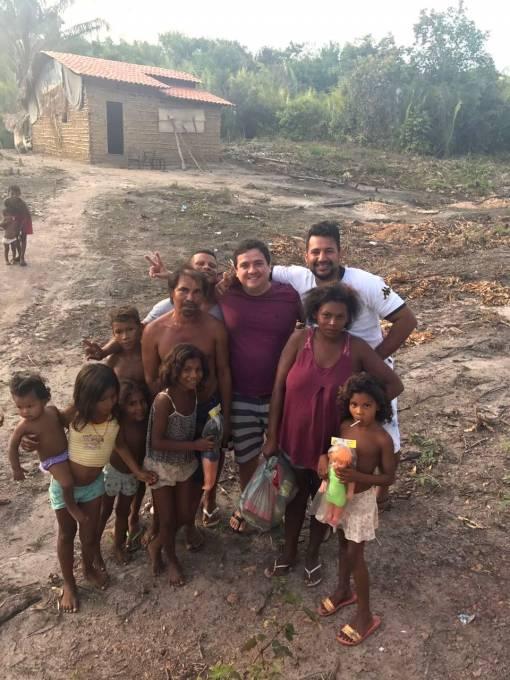 Ação voluntária de Rodrigo leva cestas básicas para famílias carentes.
