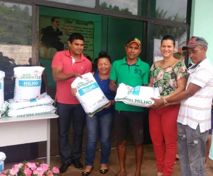 Secretário de Agricultura, Gilson Lima e a prefeita, Valéria Castro, realizando a entrega de sementes.