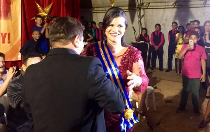 Ex-vice prefeito Alacid Rodrigues colocando a faixa na prefeita, Valéria Castro.