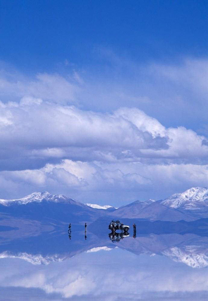 Salar de Uyuni. Es el mayor desierto de sal en el mundo y se ubica en Bolivia. Cuando la cubierta de agua que lo cubre desciende se crea la ilusión de un abismo. National Geographic www.ngeneespanol.com