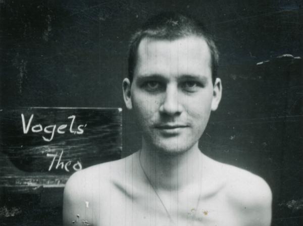 De foto van Theo Vogels op de omslag van het boek is vermoedelijk genomen bij aankomst in de Kriegswehrmachtsgefängnis in Antwerpen (1943). Herkomst: familie Vogels.
