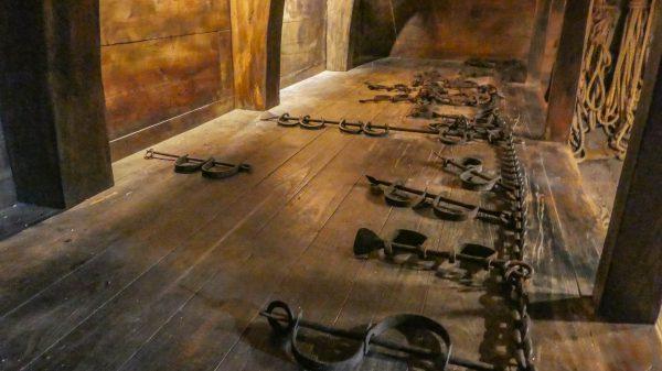 Het nagebouwde scheepsruim in museum Kura Hulanda te Curaçao, waar slaven zij aan zij geketend lagen gedurende een reis die vele maanden kon duren. Foto Jeroen van Luin 2016 (onder Creative Commons Licentie op Flickr).
