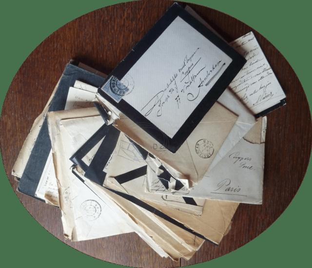 Een groot deel van de Joseph Cuypers Collectie bestaat uit brieven die gelukkig vaak nog in de originele envelop zitten. De bovenste van deze waaier is een envelop met het handschrift van de oude Cuypers. Foto Marij Coenen 2018.