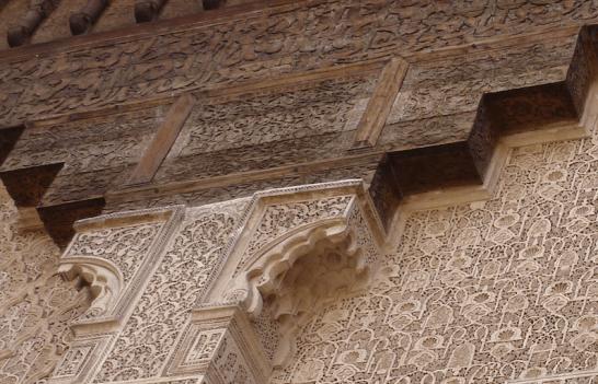 Verweerde letters in het houtwerk wisselen de ornamenten af bij de Medersa Ben Youssef | Ben Joesoefmadrassa te Marrakesh. Foto bvhh.nu 2014.
