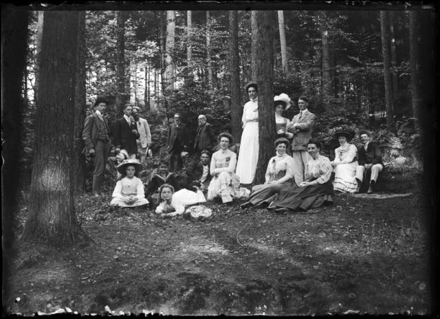 De familie Cuypers in het groen, met onder andere Pierre senior, Joseph en Delphine en enkele kinderen, Rosa en haar man Eduard, en Katy. Herkomst Cuypershuis Roermond, nr 6509.