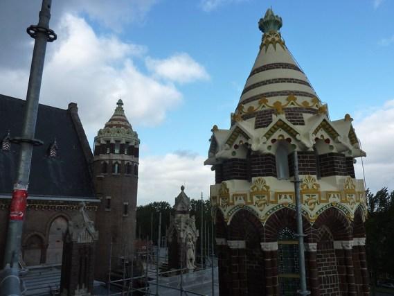 Het dakenlandschap met de gepolychromeerde torens aan de noordoostzijde van de nieuwe Bavo.