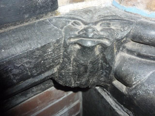 Ad orientem| Glimlachen of grijnzen: creaturen in de kathedraal. Foto bvhh.nu 2015