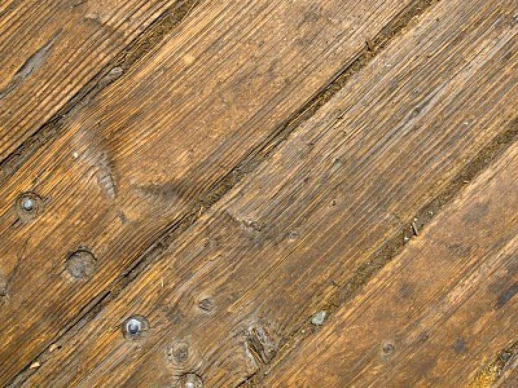 Pavimento in legno come base sotto la piastrella