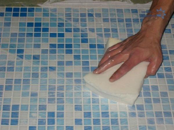 หลังจากดำเนินการกีดขวางส่วนเกินจะถูกทำความสะอาดด้วยฟองน้ำเปียก