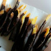 Tiras de naranja confitadas y azucaradas con  chocolate
