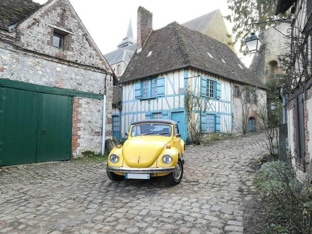 Pour une séance photo d'engagement ou de mariage originale louez un cabriolet vintage jaune.