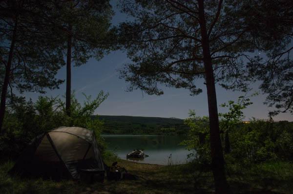 Langzeitbelichtung Camp unter Sternen