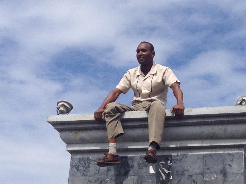 Photo de l'individu ayant déboulonnée la Statue de Dessalines