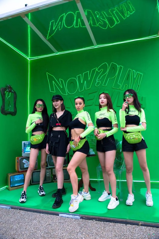 vitavp girls dances with Transformers in Chang'an City