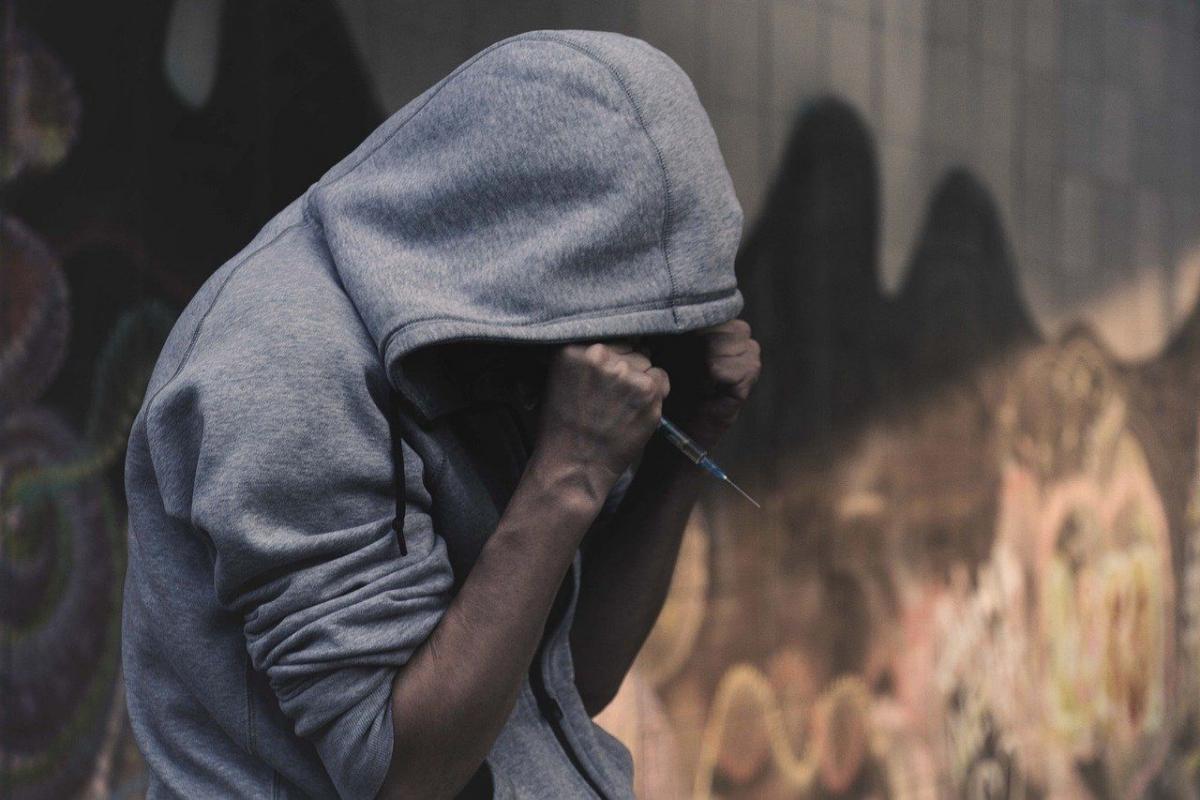 Via: https://pixabay.com/photos/addict-addiction-drug-addiction-2713526/