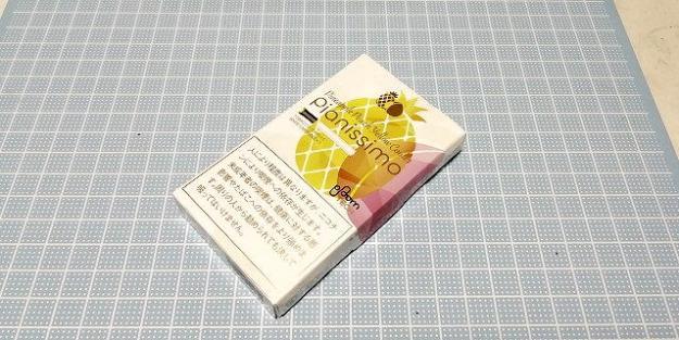 パイナップルとピーチが描かれたパッケージ。