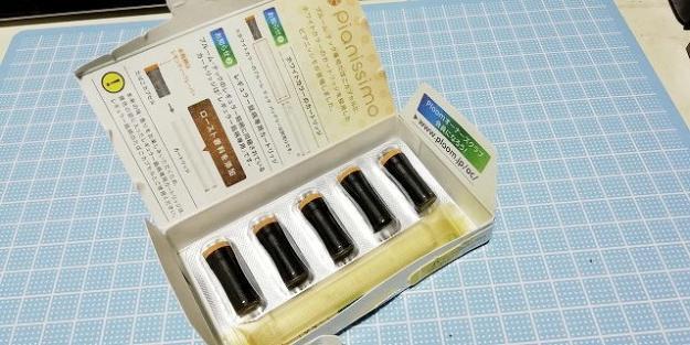 箱の中身は、たばこカプセルとカートリッジ。