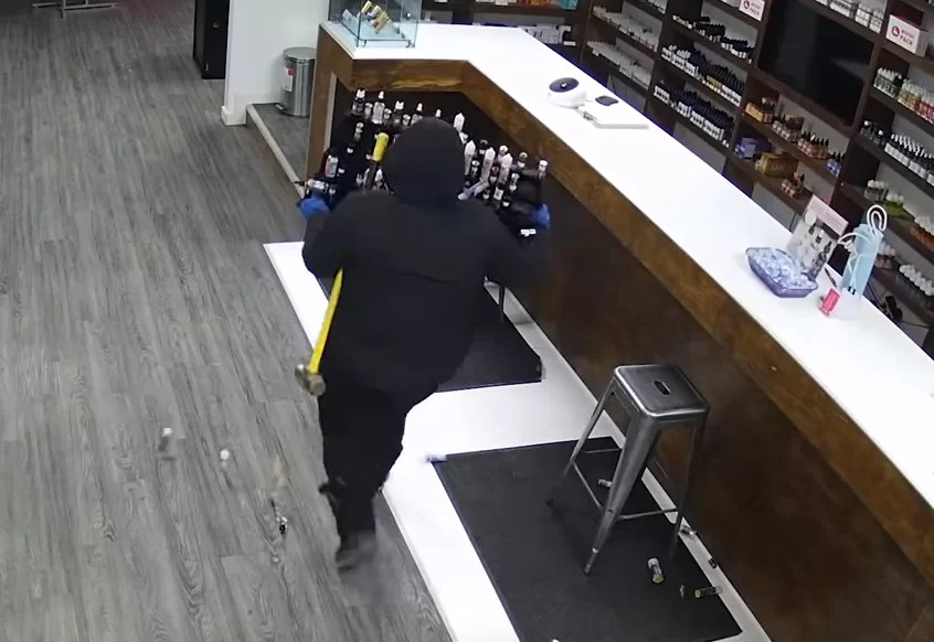 News: Amateur attempt at Canadian vape shop robbery captured in hilarious footage