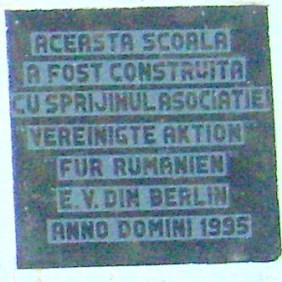 """Gedenktafel in der Schule in Turea: """"Diese Schule wirde mit Hilfe der Vereinigten Aktion für Rumänien e. V. Berlin im Jahre 1995 erbaut"""""""